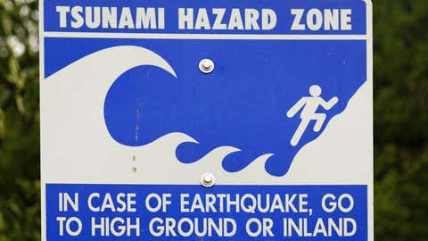 Una señal advierte del peligro de tsunamis en la costa occidental de Alaska. AEMONT STRIGL / GETTY