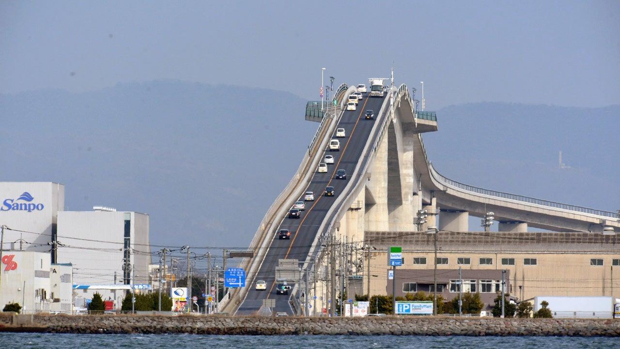 Brücken, die Feuer spucken, Übergänge, die nur aus Ästen bestehen. Und manche teilen auch das Meer, so wie die Moses-Brücke, die eineinhalb Meter tief im Wasser steht. Gemein haben diese Übergänge eines: Wer sie überqueren will, braucht Mut.