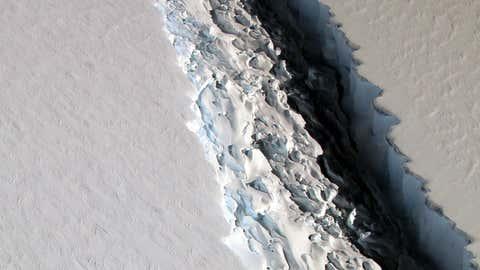 Une vue en détail de la fissure entre l'iceberg A-68 et la barrière de glace de Larsen, dans l'Antarctique. (Crédit Nasa)