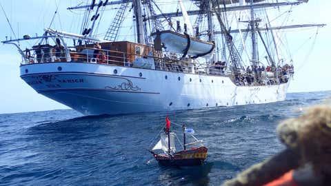 Le petit bateau au large des côtes de la Mauritanie, en novembre dernier. (Crédit track-adventure.squarespace.com)