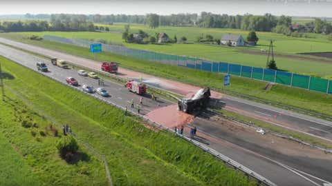 Un camion citerne accidenté a renversé plusieurs tonnes de cacao sur la chaussée. (Capture Youtube Twoja Słupca)
