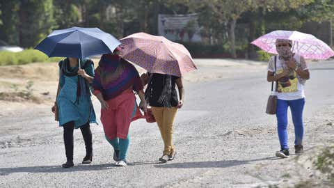 1er avril 2018 - A Gurgaon, en Inde, des habitantes se protègent du soleil. (Sanjeev Verma/Hindustan Times via Getty Image)