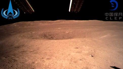 La première photo envoyée par Chang'e-4 (AP)