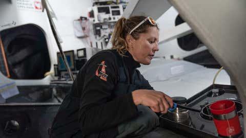 Samantha Davies à bord d'Initiatives Coeur. (Crédit YANN RIOU / INITIATIVES COEUR)