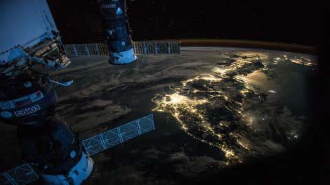 La pollution lumineuse est de plus en plus visible depuis l'espace. (Crédit Nasa)