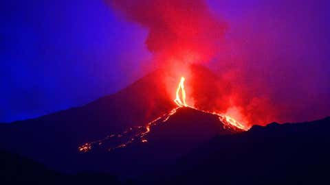 Le volcan s'enfonce de 14 mm par an, selon une étude britannique. (TIZIANA FABI/AFP/Getty Images)