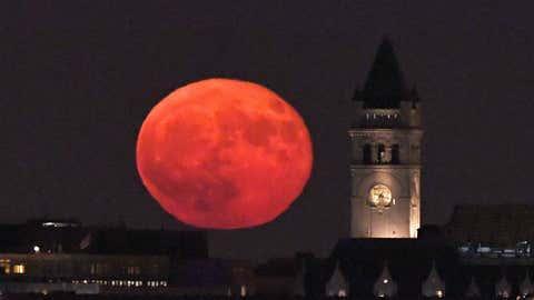 Une super lune au dessus de Washington D.C., aux États-Unis, le 16 octobre 2016. (Crédit Xinhua/Yin Bogu via Getty Images)