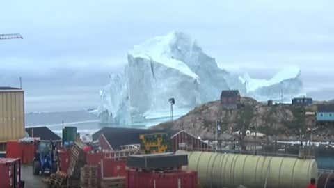 Le monstre de glace pourrait s'effondrer, et provoquer un tsunami. (Capture Youtube KNR News Nutaarsiassat)