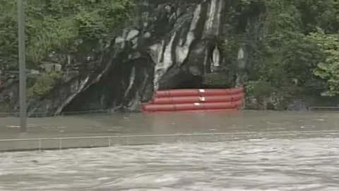 La grotte de Lourdes a été protégée par des boudins gonflables. (Capture Youtube TV Lourdes)
