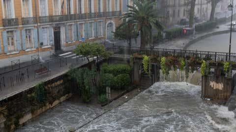 L'eau doit continuer à monter jusque dans la soirée. Ici, le centre-ville de Narbonne, lundi matin. (Crédit Ville de Narbonne)