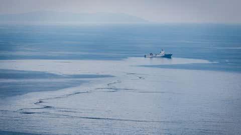 La trace d'hydrocarbure est apparue après la collision entre les deux navires. ©Benoit Emile/Marine Nationale/Défense