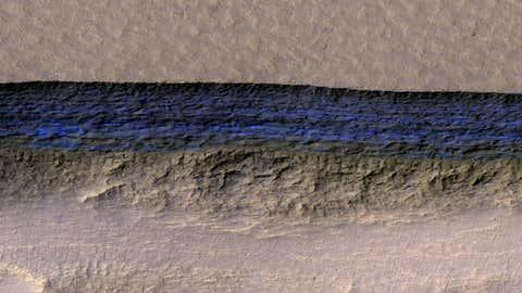 En bleu, l'épaisse couche de glace découverte aux abords d'une falaise. (Nasa)