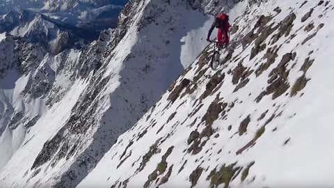 Trois cyclistes tout terrain ont relevé le défi. (Capture Youtube Alexis Righetti)