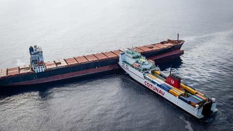 Le ramassage des galettes d'hydrocarbures est confié à une entreprise privée. (©Benoit Emile/Marine Nationale/Défense)
