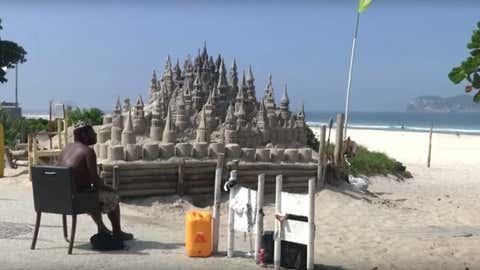 Le « Roi Marcio » est devenu une figure, qui attire les touristes. (Capture Youtube Quartz)