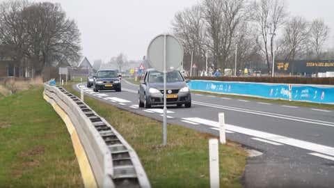 La route a été modifiée pour faire baisser la vitesse et réveiller les conducteurs. (Capture d'écran)