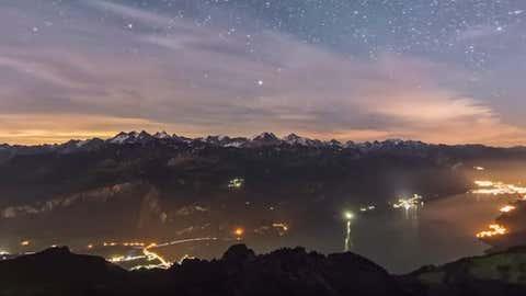 Les panoramas, les étoiles… La Suisse dans ce qu'elle a de plus beau. (Capture Youtube helvetiabynight)