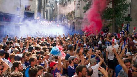 Des supporters rassemblés à Nantes, durant la finale de la coupe du Monde opposant la France à la Croatie, le 15 juillet 2018. (Jacques Loic / Photononstop)