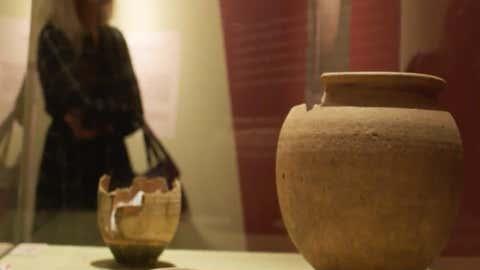 des poteries exposées au musée Bargoin de Clermont-Ferrand. (Capture Youtube)