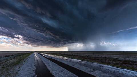 Extreme hail storm falling on the high plains of Colorado. This extreme weather event caused damage to vehicles and property, Colorado, USA. (Extreme hail storm falling on the high plains of Colorado. This extreme weather event caused damage to vehicl