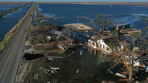 Una vista aérea muestra las aguas de la inundación del huracán Delta alrededor de las estructuras destruidas por el huracán Laura, a la derecha, el 10 de octubre de 2020, en Creole, Louisiana.  El huracán Delta golpeó la costa cerca de Creole como una tormenta de categoría 2 en Louisiana, dejando inicialmente a cientos de miles de clientes impotentes.  (Mario Tama / Getty Images)