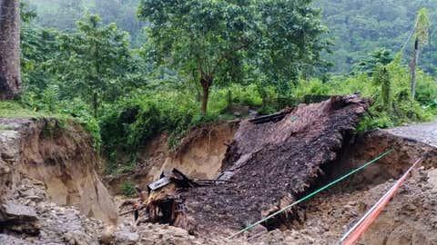 Destrucción en India: golpea terremoto de 6.4 en la escala de Richter.