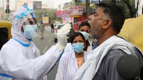 Petugas kesehatan mengambil sampel swab dari pengendara pada 12 Februari (Manoj Chhabra/TOI, BCCL, Lucknow)