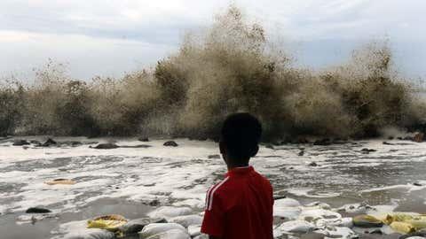 File photo: A cyclone in the Arabian Sea creates rough sea conditions and brings high waves to the shores of Chellanam village in Kochi, Kerala (RK Sreejith/TOI, BCCL, Cochin)