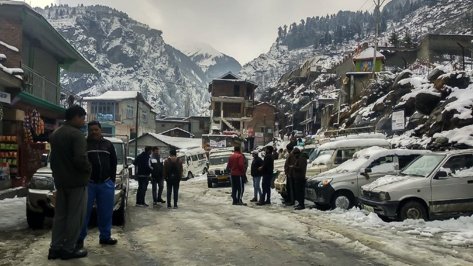 Snow Snaps Almost 700 Road Links in Himachal Pradesh