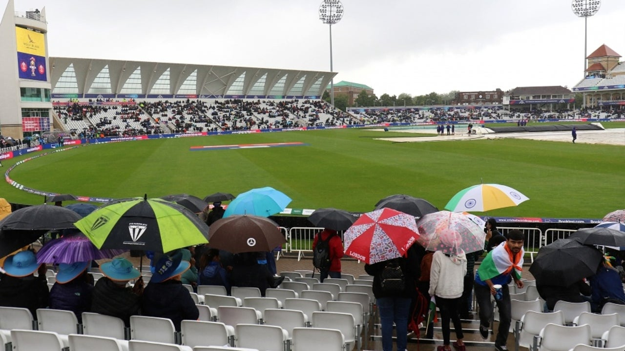 On Sunday, the weather in Manchester is expected to be cloudy with chances of light rain throughout the match hours.