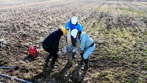 Virginia Tech e investigadores japoneses extraen sedimentos centrales de la llanura costera de Kojokuri en Japón.  (Tina Dora)