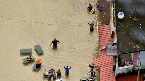 Stranded residents of Kerala's flooded Chengannur region call for help on spotting a helicopter. (Rakesh Nair / TOI, BCCL, Thiruvananthapuram)