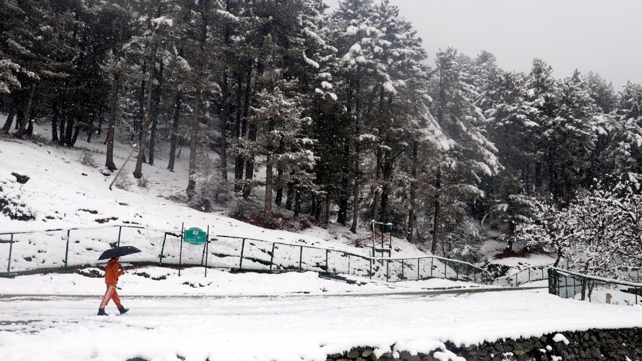 Srinagar-Leh highway and the Mughal Road were closed for traffic due to heavy snowfall in Zojila Pass and the Pir Ki Gali areas.