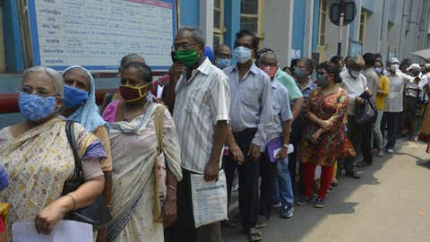 People stand in a queue at a hospital to receive the COVID-19 vaccine in Kolkata (Kuntal Chakrabarty/IANS)