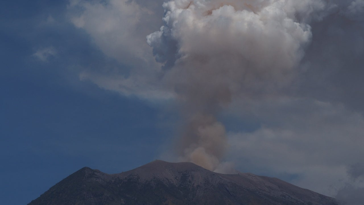 The volcano released lava of up to 1 km and thick smoke of up to 11 km towards the Besok Kobokan area, southeast of the summit.