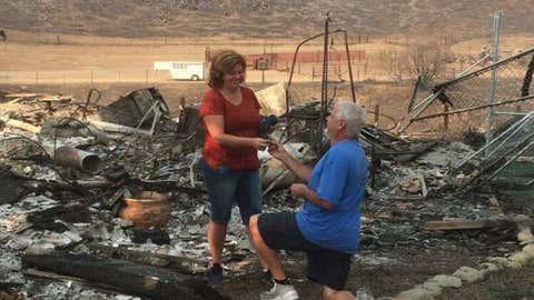 Don Myers ajoelhou-se e pediu a mulher, Julie, em casamento, com anel que descobriu nas ruínas da casa destruída pelas chamas (Don Myers)