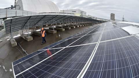 (Painéis solares instalados em Chernobyl - Genya Savilov/AFP/Getty Images)
