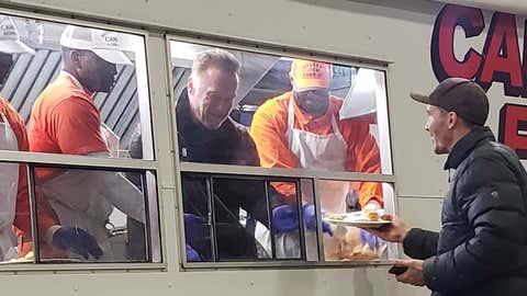 Arnold Schwarzenegger serve refeição a vítima dos incêndios (Destiny Lestenkof via AP)