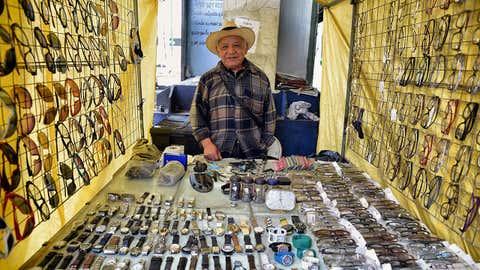 O mexicano Andres Sanchez, relojoeiro de profissão há 35 anos, posa para uma fotografia no bairro de Pantitlan, na Cidade do México. (ALFREDO ESTRELLA / AFP / Getty Images)
