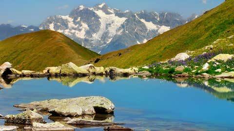 Georgien  und  seine  Berglandschaften  -  zum  Träumen  schön:  Zwei  Tage  dauert  die  Trekkingtour  zum  Udziro  Lake  auf  2800  Metern,  die  mit  spektakulären  Aussichten  auf  den  Kaukasus  belohnt.