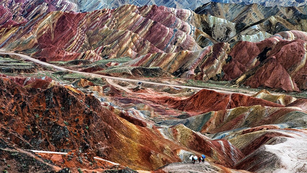 Rote Flüsse, gelbe Berge und regenbogenfarbene Seen: Diese atemberaubenden Naturphänomene brauchen keine chemischen Färbemittel oder aufwändigen Anstriche. Diese farbenfrohe Orte wirken fast schon außerirdisch.