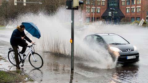Auto spritzt Radfahrer in Hannover nass