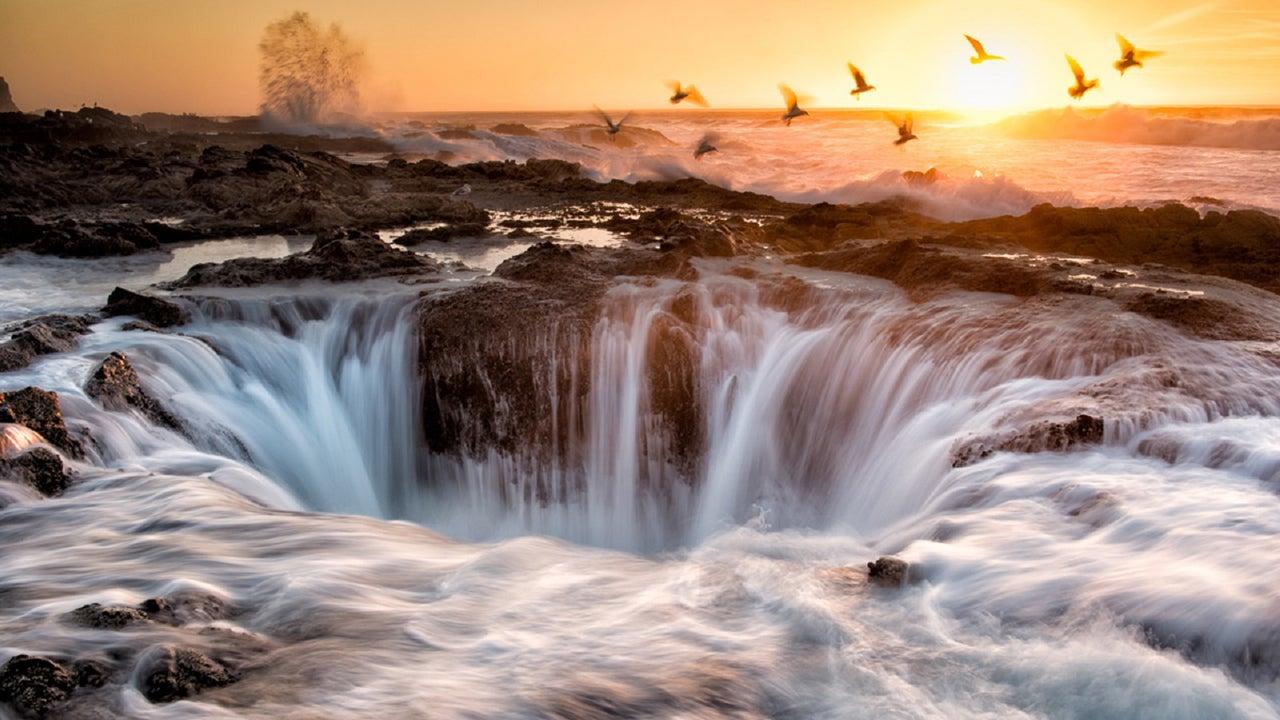 Versteinerte Flüsse, brennende Wasserfälle und knallrote Seen: In diesen Farben und Formen haben Sie die Gewässer der Erde selten gesehen. Hinter manchen verbirgt sich eine tragische Entstehungsgeschichte.