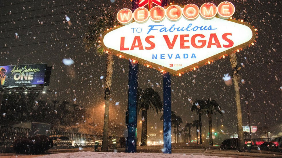 las vegas strip sees first measurable snow in over 10 years