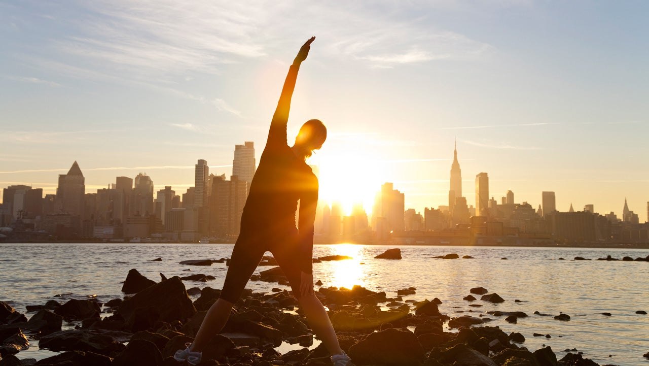 """Horario de verano: 5 impactos de """"retroceder el tiempo"""" para la salud"""